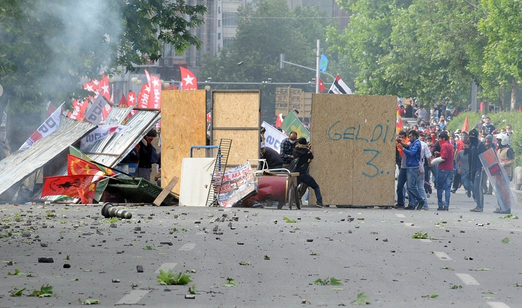 Törökországi tüntetések, 2013, június - Protestors setup a barricade as they clash with riot police and take part in a demonstration in support of protests in Istanbul and against the Turkish Prime Minister and his ruling Justice and Development Party (AK