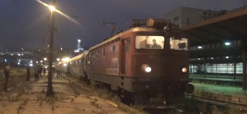Surda dalával búcsúztatták az utolsó vonatot a régi belgrádi főpályaudvaron – videó