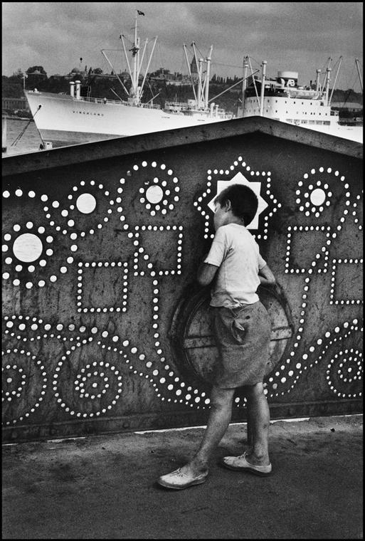 A Galata hídon - Isztambul, Törökország, 1955 - műgyanta bevonatú papírnyomat  - Mai Manó Ház, kiállítás, Marc Riboud