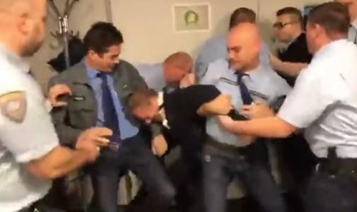 Videókon, ahogy az MTVA őrei elbántak a politikusokkal