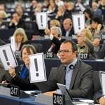 Alaptörvény 2.0: tiltakoztak Brüsszelben Szájer felszólalása alatt
