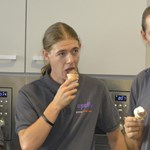 Hétszáz adag fagyit osztottak ki az abroncsgyáriaknak - fotó