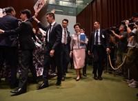 Belefojtotta a szót az ellenzék a hongkongi kormányzóba