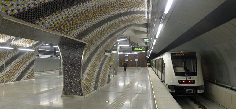Mit keres ez a pocsolya a 4-es metró peronján?