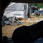 Száznál is több menekült mászott át a határkerítésnél Ceutában
