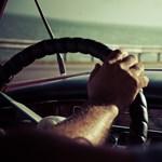 Hosszabb piros jelzéssel büntetik a dudáló autósokat