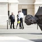 Fotók: Fekve várja sorsát Andrássy gigantikus szobra a Kossuth téren