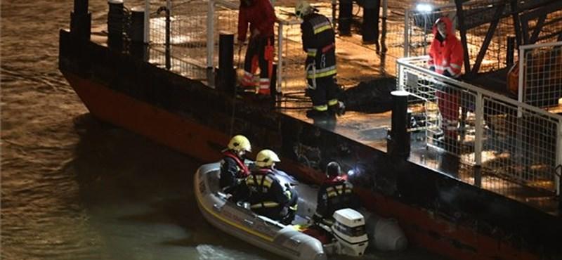 Budapesttől délre keresik a hajóbaleset túlélőit