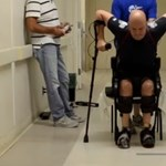 Ezt tudja ma a technológia: ismét képes járni a mozgássérült férfi – videó