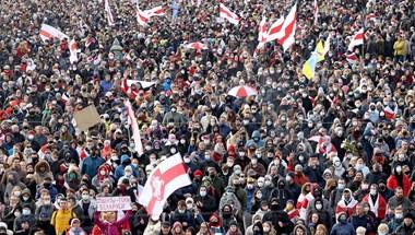Letiltották a legnagyobb független Belarusz újság honlapját, tucatnyi újságírót vettek őrizetbe