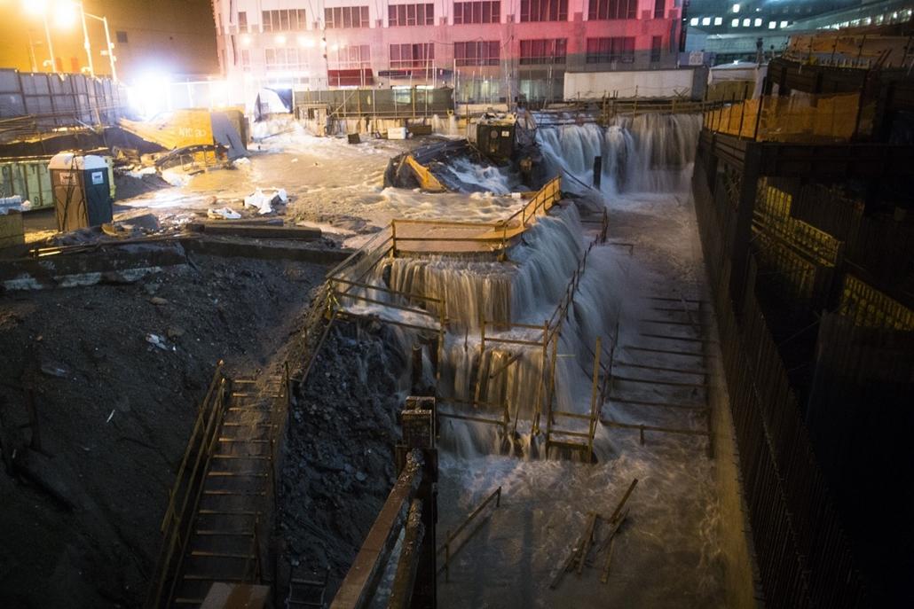 New York: víz dől be a Ground Zero, azaz a volt világkereskedelmi központ építési területére  - Sandy hurrikán