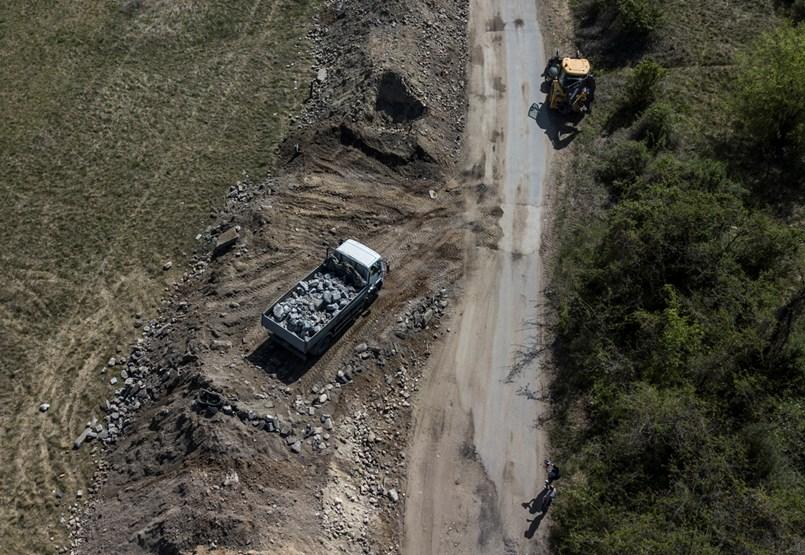 Teherautókkal hordják a Szilas-patak partjára az útépítés hulladékát – videó