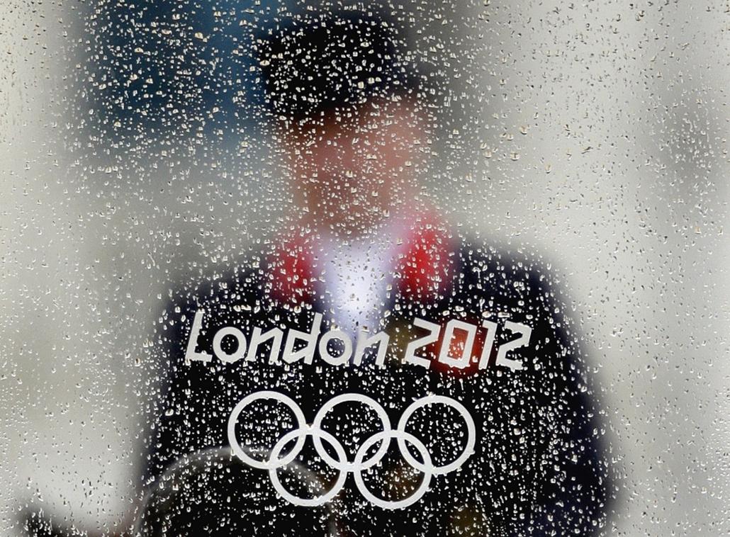 Esőcseppek a bírák fülkéjének ablakán az egyik lovaglós számon a londoni olimpián.