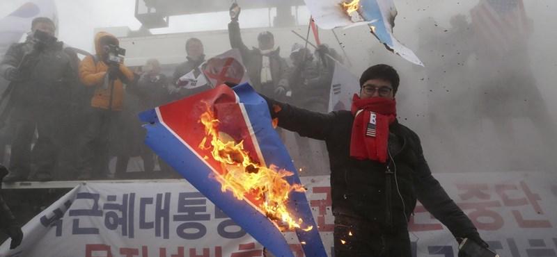 Kim Dzsong Un-képeket, zászlókat égettek Szöulban