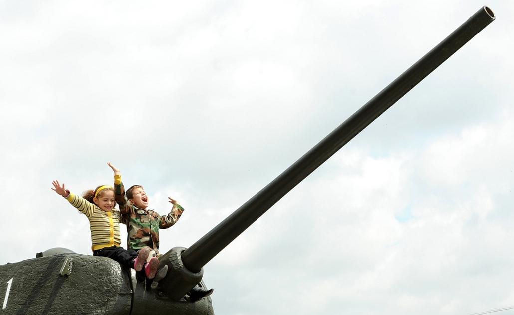 Gyerekek, tank, győzelem napja - Children sit atop the World War II-era Soviet T-34 tank during Victory Day celebration in the Armenian capital Yerevan, on May 9, 2013. Armenia as well as the other former Soviet republics celebrates the 1945 victory over
