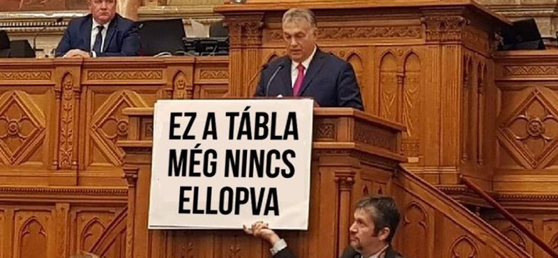 Ömlenek a mémek a Hadházy tábláját lenyúlni próbáló Orbánról, Borkai is előkerült