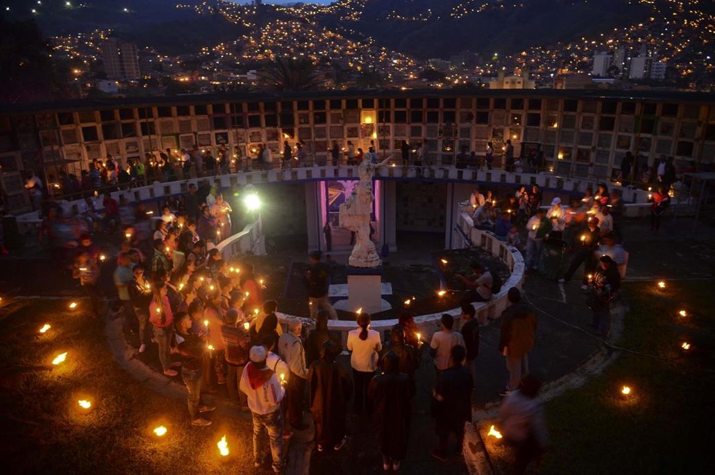 afp. Halottak napja mindenszentek nagyítás MIndenszentek estéje a kolumbiai Medellin San Javier temetőjében