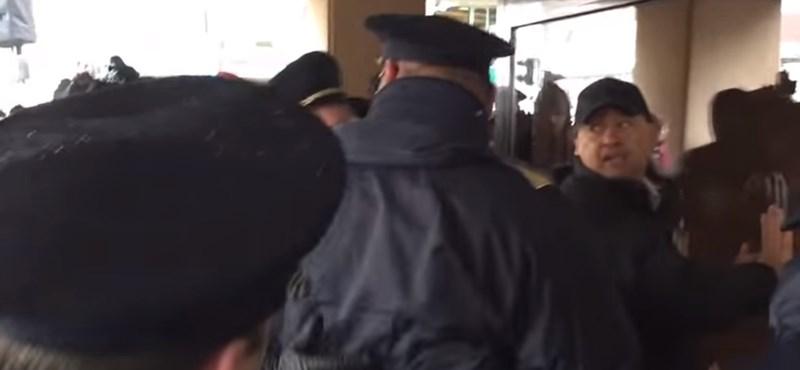 """Videó: """"Orbánnal vagyok!"""" - Így emelték ki a fideszes ellentüntetőt a tömegből"""