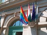Leszaggatták a szivárványos zászlót a ferencvárosi városházáról
