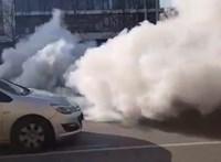 """Videó: hatalmas füsttel lett """"öngyilkos"""" egy Mazda motorja a Soroksári úton"""