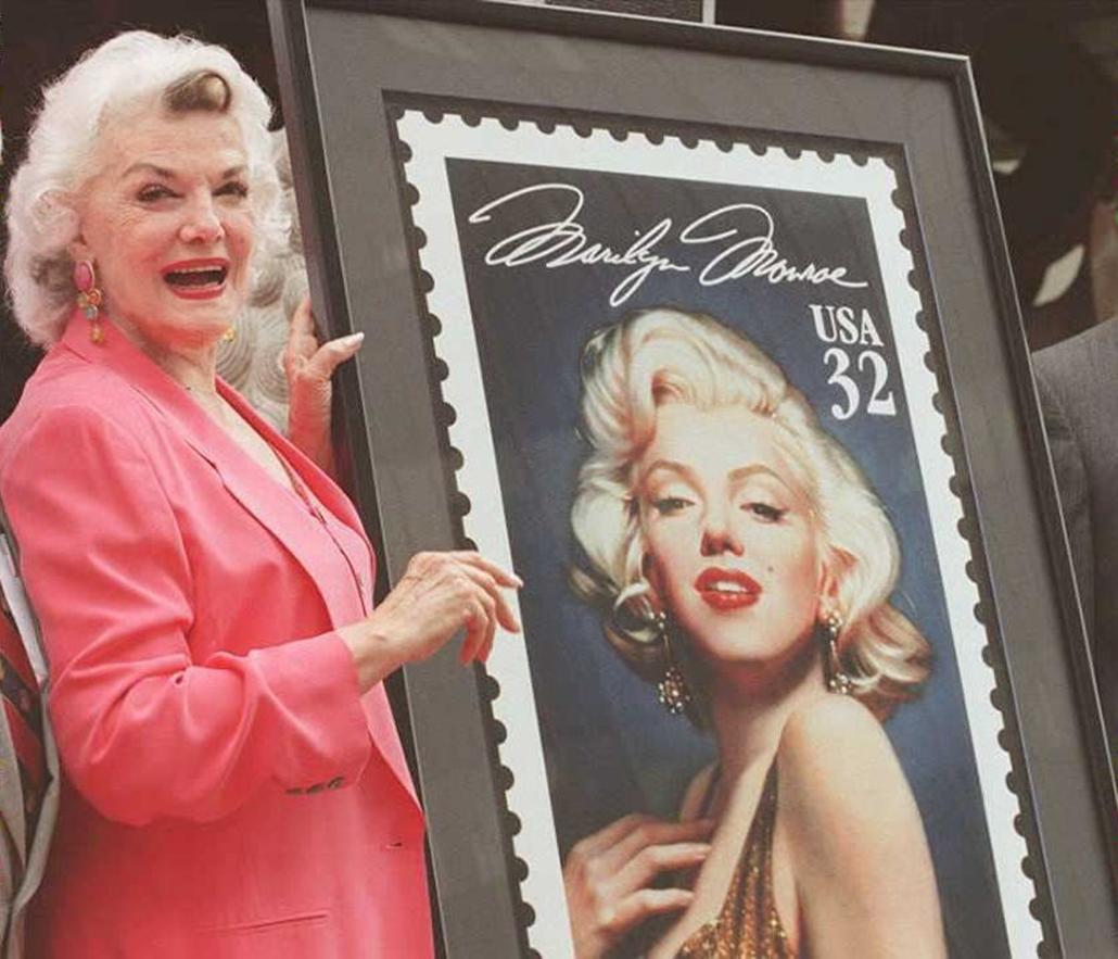 afp.95.06.20. - Hollywood, USA: A filmsztár Jane Russell által leleplezett emlékbélyeg a hollywoodi Mann's kínai színházban. - Marilyn Monroe nagyítás