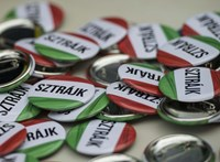 """""""Ki akarja kimosni Bayer Zsolt száját?"""" - összeállt az ellenzék és a szakszervezetek Tatabányán"""