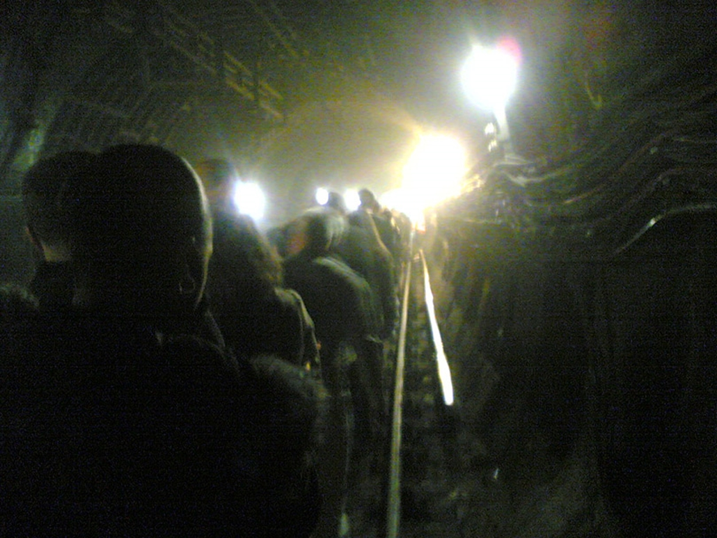 Mobiltelefonnal készített kép a londoni Kings Cross metróállomás közelében, amikor 33 ember meghalt a három különböző helyen elkövetett pokolgépes merényletek következtében a londoni metróban 2005 július 5-én.