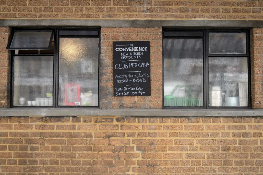 afp. nyilvános wc-ből söröző, London, Egyesült Királyság 2014.10.03.