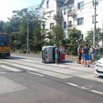 Felborult autó fekszik a villamossíneken Zuglóban