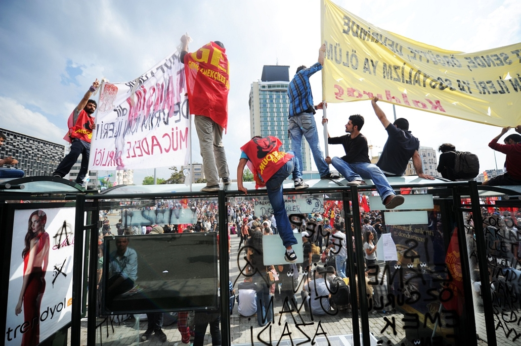 Törökországi tüntetések, 2013, június - Protestors hold banners on Taksim square on June 2, 2013, a day after Turkish police pulled out of Istanbul's iconic square following a second day of violent clashes between protesters and police over a controversia
