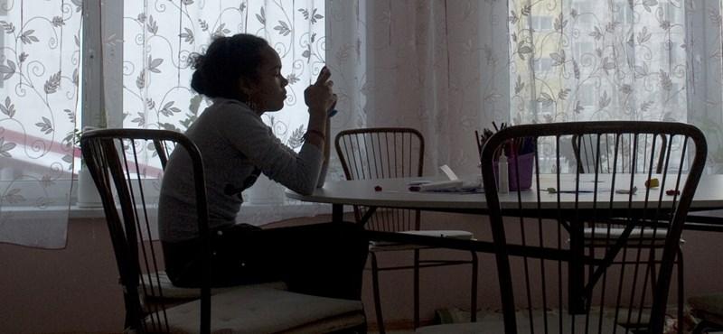 SMS-nyak, gerincferdülés, depresszió: ezt műveli a gyerekkel a sok okostelefonozás