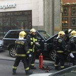 Fotó: Kigyulladt kocsi miatt terelték el a CEU-ért tüntetőket