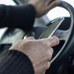 Akár 70 métert vakon autózik, aki a mobilját babrálja vezetés közben