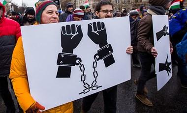 Pert nyert a TASZ: fizetnie kell a rendőrségnek a rabszolgatörvény elleni tüntetésen ártatlanul vegzált férfinak