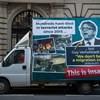 Eljárás indult Brüsszelben a magyar sofőr ellen, aki a kormány Verhofstadt-plakátos kisbuszát vezette
