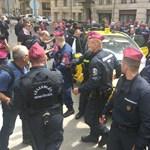 Református püspököt menekítettek ki tegnap a tüntetők közül a rendőrök