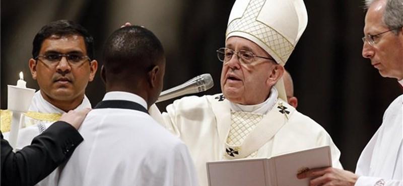 Ferenc pápa megkeresztelt egy hős migránst