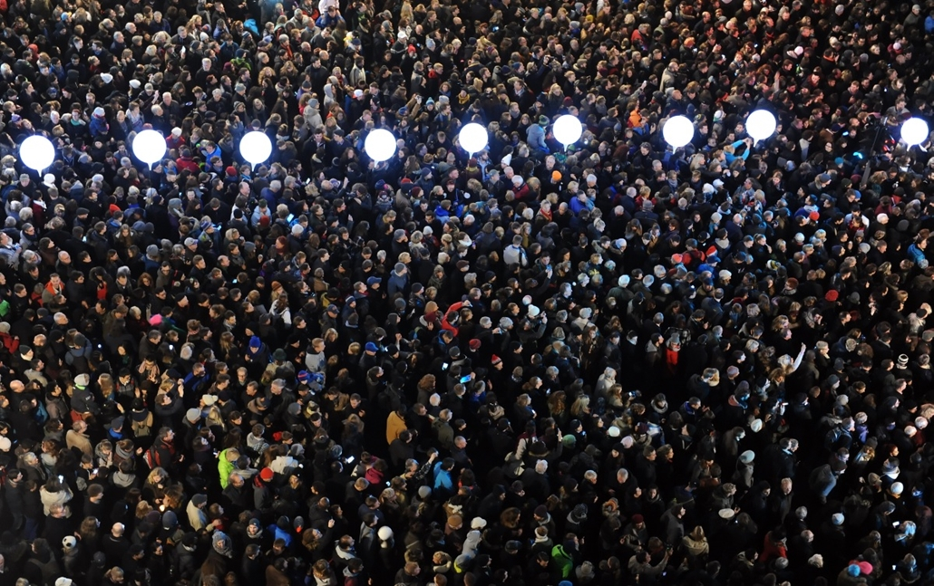 afp. hét képei - 2014.11.09. Németország, Berlin : Crowds of people gathered to watch the release of ballon lanterns from the border of light along Ebert Street in Berlin, Germany, 09 November 2014. The balloon lanterns were part of the 'Border of Lights