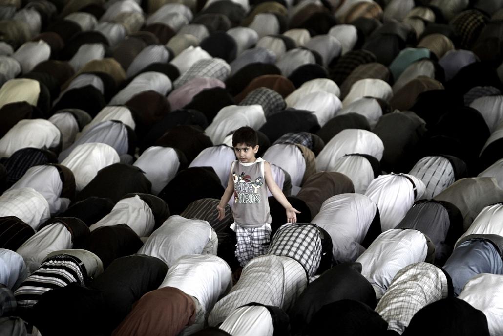 Irán, Teherán, pénteki ima 2013.05.10 An Iranian boy stands among worshippers during the weekly Muslim Friday prayers at Tehran University in the Iranian capital on May