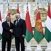 Orbán névre szóló focimezt kapott a fehérorosz elnöktől
