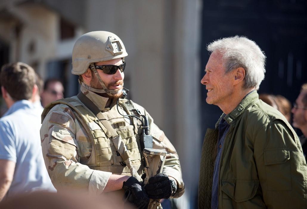 afp.2015. - Clint Eastwood és Bradley Cooper az Amerikai mesterlövész forgatásán 2015-ben.