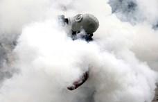 Könnygázt kapott a kormány ellen tüntető temetési menet Bolíviában
