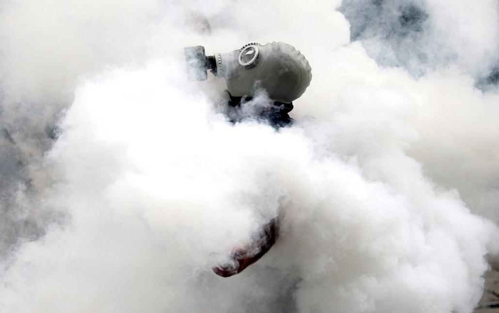 Törökországi tüntetések 2013. június - Isztambul, 2013. június 1. Gázálarcot visel egy tüntető az isztambuli Taksim téren, ahol  török rohamrendőrök vízágyúkkal és könnygázzal oszlatják a kormányellenes tüntetés résztvevőit 2013. május 31-én.