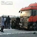 Kamionnak csapódott az elszabadult Lada, négy halott - videó