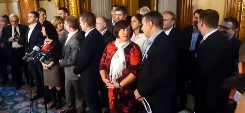 Révész Sándor: A panaszkönyvhöz ragadt ellenzék
