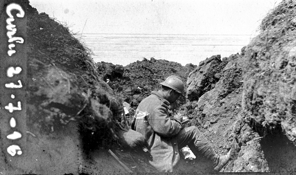 afp. Somme-i csata - A French soldiers from the 2RI is seen writing in a notebook in a trench in Curlu, during the Somme offensive, northern France, on July 27,1916, during World War 1. The Great War started in 1914 with the assassination of Archduke Fran