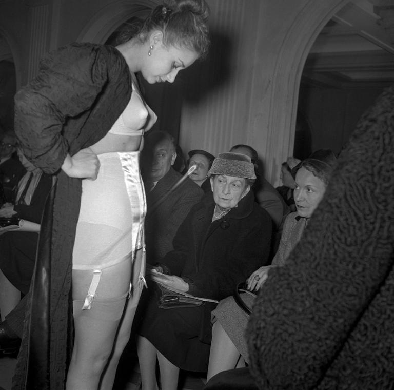 afp.1953.03.01. - Párizs, Franciaország: Modell fehérneműben egy divatbemutatón - melltartó nagyítás