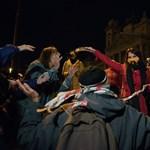 Civilek tüntettek az SZFE szabadságáért