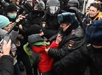 Rendőrök verik szét a Putyin ellen tüntetőket, Navalnij feleségét is elvitte a karhatalom
