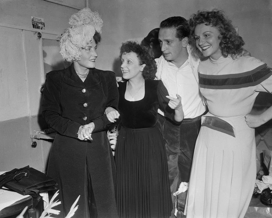 1947. szeptember 5. - Párizs, Franciaország: Edith Piaf, Jean-Louis Jaubert és Irčne de Trébert (jobbra), Théâtre de l'Etoile újbóli megnyitóján - Edith Piaf